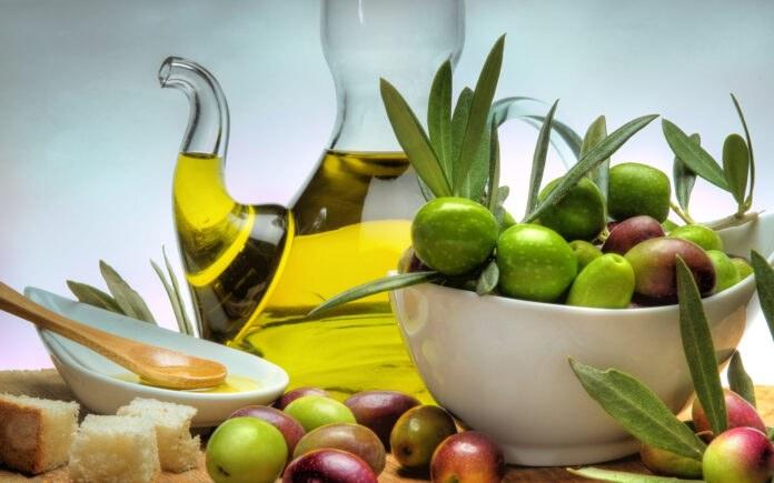 Uleiul de jojoba este considerat singurul ulei care poate fi utilizat si in cazul persoanelor cu ten gras sau predispus la acnee. Obtinut prin presarea boabelor arbustului Jojoba, acest ulei este ingredientul principal in multe produse pentru ingrijire, insa aduce numeroase beneficii si atunci cand este folosit in starea lui naturala. Uleiul de jojoba ofera siguranta in utilizare, fiind non-toxic si non-alergenic. De asemenea, nu astupa porii, nu este iritant, astfel incat poate fi folosit in siguranta in jurul ochilor si pe piele. In plus, nu ofera senzatia de piele grasa atunci cand este aplicat pe tegumente, asa cum se intampla in cazul altor tipuri de uleiuri. Tine-ti cont de cateva dintre intrebuintarile frecvente pe care le are uleiul de jojoba si nu veti regreta: Tratament impotriva acneei. Acneea nu reactioneaza foarte bine la toate tipurile de ulei, insa uleiul de jojoba parca a fost creat special pentru tratarea acestei probleme a tenului. Explicatia este foarte simpla: uleiul de jojoba are o afinitate remarcabila cu pielea si parul, avand o compozitie similara sebumului produs in mod natural de glandele sebacee (sebumul este compus din monoesteri de ceara, la fel ca uleiul de jojoba). Astfel, odata aplicat pe piele, uleiul pacaleste glandele sebacee si inhiba productia excesiva de sebum. Tratament pentru par. Pentru persoanele care au parul uscat si deteriorat, uleiul de jojoba poate face minuni. Asta pentru ca il hraneste si face firul mai rezistent, iar in cazul celor cu par gras regleaza excesul de sebum. Ca si metoda de folosire, se maseaza scalpul cu ulei si se acopera cu un prosop timp de 10-15 minute. Urmati acest tratament o data pe saptamana si vei vedea ca parul va deveni mai stralucitor si mai sanatos. De asemenea, puteti turna cateva picaturi de ulei si in balsamul de par. Uleiul de jojoba hidrateaza scalpul si ajuta la prevenirea matretii sau a altor afectiuni ale scalpului. Balsam pentru buze. Cateva picaturi de ulei de jojoba aplicate pe bu